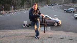 Ludzie walczący z wiatrem wiejącym z prędkością 160 km/h