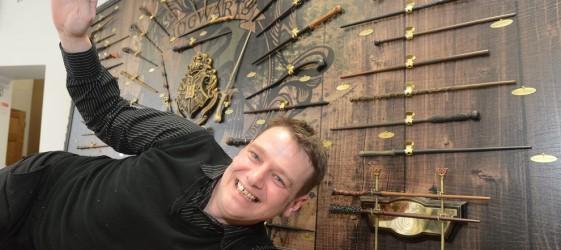Człowiek, który posiada wszystkie różdżki z Harrego Pottera.