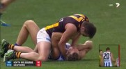Gracza futbolu australijskiego ostro poniosło, gdyby nie koledzy z drużyny to doszłoby do nieszczęścia.