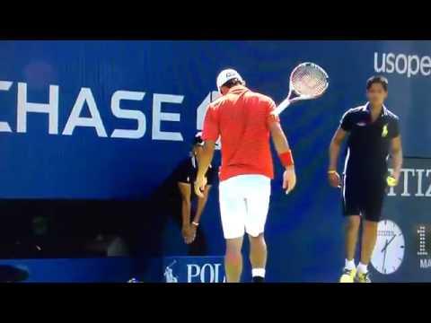 Kei Nishikori wykonuje niecodzienną sztuczkę rakietą do tenisa.