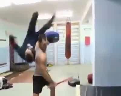 """Thumbnail for Nudzili się na siłowni i postanowili odtworzyćscenę z filmu """"300""""."""