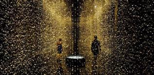65 000 zegarków zawieszonych w czarnym pokoju, wyglądających jak połyskujące krople deszczu.