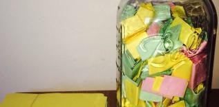Idealny chłopak przygotował dla dziewczyny 365 miłosnych karteczek i włożył je do słoika, aby każdego dnia następnego roku otwierała jedną z nich.