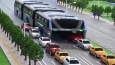Korki na chińskich ulicach? Ten autobus jest ponad to – całkiem dosłownie!