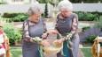 Kochające babcie państwa młodych dumnie objęły role kobiet sypiących kwiaty na ich ślubie.